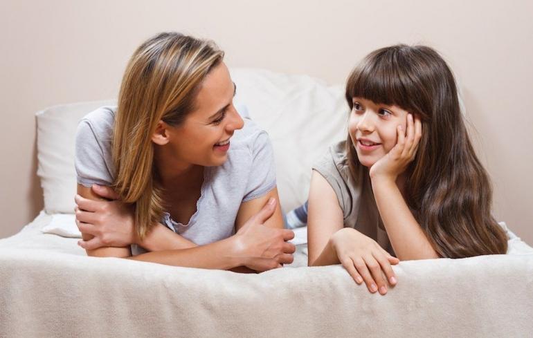 Ilustrasi orang tua mengajarkan kesederhanaan pada anak puber | Sumber: womenshealthmag.com