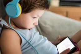 Ilustrasi anak bermain gawai| Sumber: Shutterstock via Kompas.com