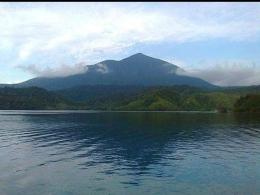 Pemandangan Pegunungan Dobonsolo atau Dafonsoro atau Cycloops dari tepi Danau Sentani. (Dokumentasi pribadi)