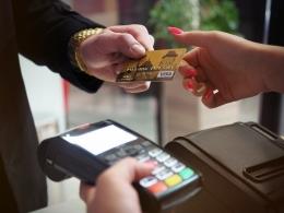 Ilustrasi bertransaksi dengan kartu kredit | photo by energepic from pexels
