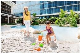 Fasilitas sandy pool Transluxury Hotel Bandung. Serasa liburan di pantai. (Foto : www.transhotel.com)