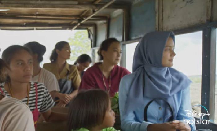 Film ini bercerita tentang guru muslimah bernama Rintik yang mengajar di lingkungan Nasrani (sumber gambar: mediajabodetabek.pikiran-rakyat.com)