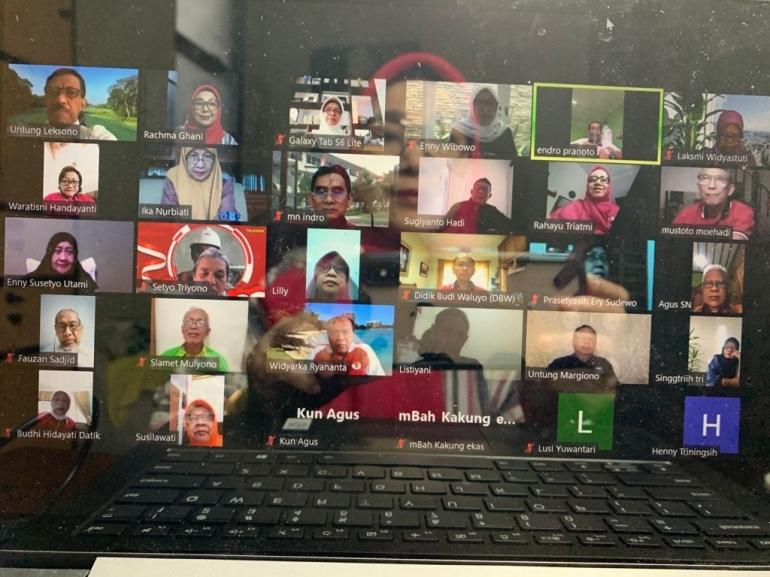 Image caption Sebagian peserta reuni virtual, tema mengayubagyo HUT Kemerdekaan ke 76 RI, 22/8/2021 (dokpri Rachm)