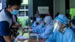 (Proses pelaksanaan vaksinasi yang berjalan dengan tertib di Fakultas Kedokteran Universitas Sebelas Maret. Sumber: Dokumentasi Pribadi)