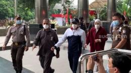 Bupati Probolinggo dan suami ketika tiba di Gedung KPK, Senin 30/8/2021|Foto: Suara.com/Welly Hidayat