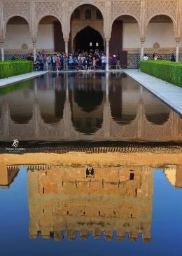 Istana Alhambra- Granada, Spanyol. Menara istana terpantul indah di sebuah kolam di tengah istana. Sumber: Dokumentasi pribadi
