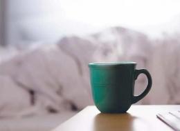 Jika Anda kesulitan tidur, hindari kafein setelah makan siang. Sumber: The Anti-inflammatory Plan, 1st Ed., 2021, hlm. 41.