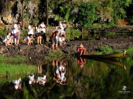 Fotografer dan refleksinya di kampung Berua, Rammang-Rammang. Sumber: Dokumentasi pribadi