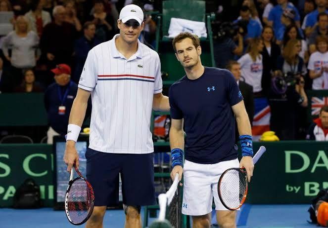 John Isner(kiri) dan Andy Murray. (dailyrecord.co.uk)