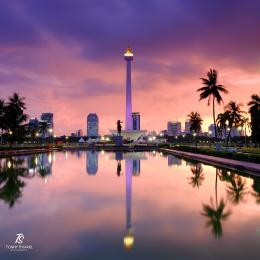 Foto refleksi dari Monas - Jakarta. Atas dan bawah cantik. Sumber: dokumentasi pribadi