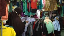 Dimulainya pembelajaran tatap muka (PTM) di beberapa daerah, menjadi berkah tersendiri bagi penjual baju seragam/Foto pribadi