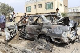 Para jurnalis memotret sebuah mobil yang hancur dihantam serangan roket di Kabul, Afghanistan, Senin (30/8/2021). Beberapa roket menyerang kawasan dekat bandara internasional Kabul jelang batas akhir penarikan pasukan AS dari Afghanistan. (Foto: AP PHOTO/KHWAJA TAWFIQ SEDIQI via kompas.com)