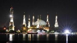 Masjid Islamic Center Samarinda dengan latar depan Sungai Mahakam. dok. surau.co
