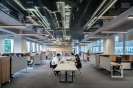Ketika banyak perusahaan menyarankan bekerja dari rumah, pergi ke kantor justru membawa manfaat sangat besar buat karyawan muda.| Sumber: LYCS Architecture on Unsplash.com