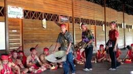 Masyarakat Dayak sedang melaksanakan ritual adat tolak bala. Sumber: pontianak.tribunnews.com