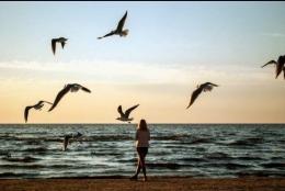Perempuan dan Pantai (Sumber gambar: pixabay.com/diolah)
