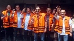 Coba lihat, mereka koruptor, ketika ditangkap KPK dan difoto wartawan, bergaya, tak terlihat malu atau sedih. Tribun Medan.