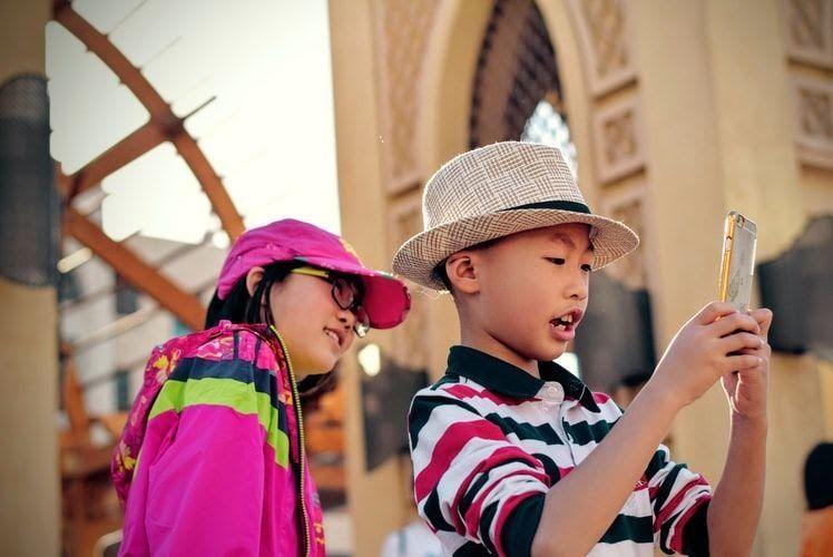 Ilustrasi anak pada zaman gadget (foto: unsplash/Tim Gouw)