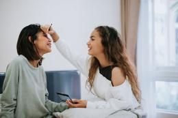 Ilustrasi orang tua menjadi teman anak remaja (foto via kompas.com)