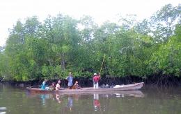 Perahu dengan menggunakan mesin ketinting merupakan salah satu sarana transportasi utama di desa-desa Kepulauan Tanimbar. (@Hanom Bashari)