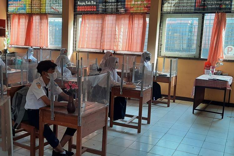 Situasi pembelajaran tatap muka terbatas di salah satu sekolah menengah. Foto: Kompas.com/Aria Rusta Yuli Pradana