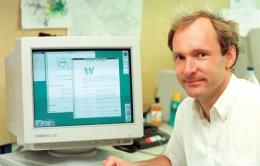 Tim Berners-Lee, sang penemu World Wide Web. Sumber: britannica.com