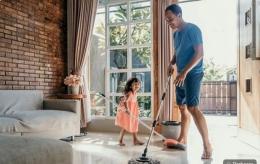 Kegiatan bersih-bersih rumah, libatkan anak (Sumber gambar: kumparan.com)