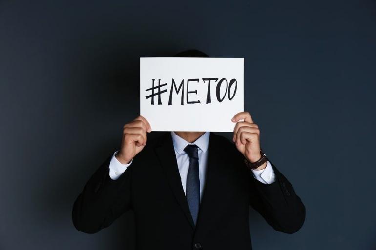Gambar seorang laki-laki yang mengangkat kertas bertuliskan #metoo (Sumber: Chernetskaya/dreamstime/sexualharassment.com)