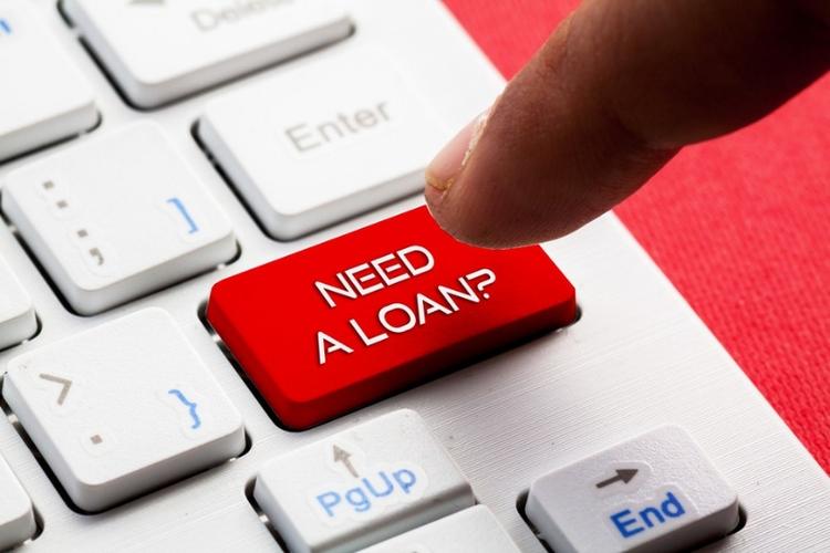 Ilustrasi orang yang hendak menggunakan jasa pinjaman online. (DOK. Shutterstock via kompas.com)