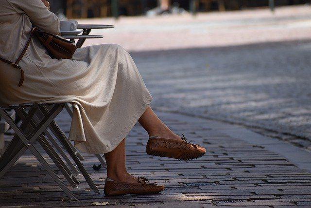 Perempuan duduk di kursi pagi (Foto : pixabay.com/misskodak)