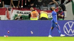 Sterling dilempari cangkir bekas minuman oleh para suporter Hungaria (Foto Skysports)