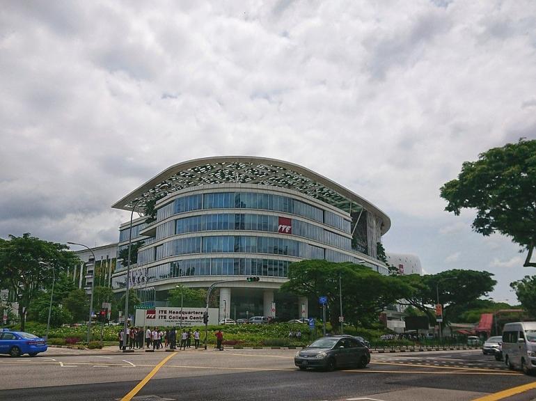 ITE College Central yang berlokasi di Ang Mo Kio. Sumber: https://en.wikipedia.org/wiki/Ang_Mo_Kio#/media/File:ITE_College_Central.jpg