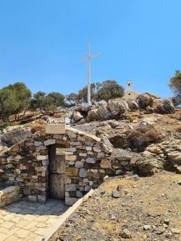 Gua tempat tinggal Paulus di Kali Limenes dan di atas bukit gereja Santo Paulus (foto dari Dirk Schnenbeger) (Dokpri)