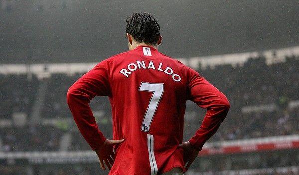 Cristiano Ronaldo kembali mengenakan jersey nomor 7 Manchester United.Foto Ross Kinnaird/Getty Images via detik.com