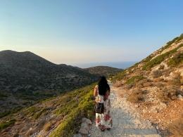 Pegunungan kering dan tandus di Kreta Yunani. Jalan setapak menuju biara di gua-gua pinggir pantai Kreta (Dokumentasi pribadi)