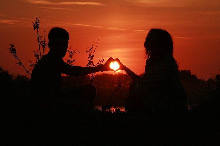 Pasangan di sela-sela senja. Foto: https://www.wallpaperbetter.com/.