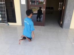Peserta tuna daksa berjalan memasuki ruang kelas/dokpri
