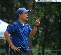 Coach Amiruddin, pelatih Mario, dkk. di SSB Metro Kukusan (Sumber: indonesiajuniorleague.com)