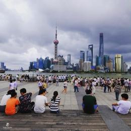 Kawasan The Bund di tepi Sungai Huangpu yang selalu ramai di setiap sore. Sumber: dokumentasi pribadi