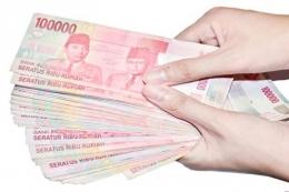 Ilustrasi meminjamkan uang (Sumber : Shutterstock via Kompas.com)