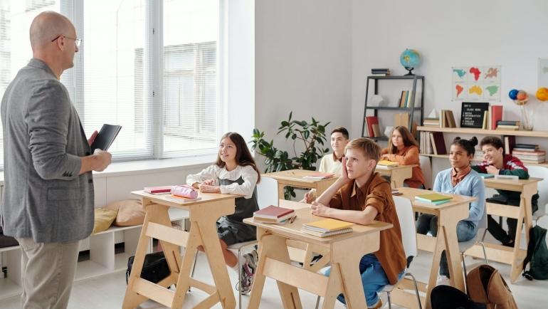 Ilustrasi guru sedang mengajar | Sumber: Pexels/Max Fischer