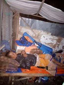 Abdul Rohim tidur di antara bantuan atas musibah rumah roboh yang dia alami