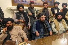 Para milisi Taliban menguasai istana kepresidenan Afghanistan setelah Presiden Afghanistan Ashraf Ghani melarikan diri dari negara itu, di Kabul, Afghanistan, Minggu (15/8/2021).| Sumber: AP PHOTO/ZABI KARIMI via Kompas.com