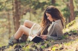 Membaca buku mendukung kegiatan menulis (Sumber gambar:goodereader.com)