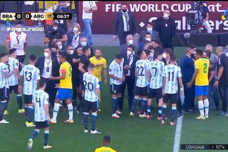 Insiden laga Brasil vs Argentina yang dihentikan karena intervensi otoritas kesehatan Brasil. foto: tangakapan layar dipublikasikan kompas.com