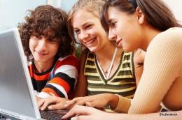 Ilustrasi generasi milenial berinteraksi lewat alat-alat teknologi. Foto: sosiologis. com.