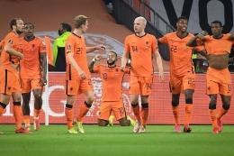 Selebrasi gol Memphis Depay (berlutut) ke gawang Turki (Kompas.com)