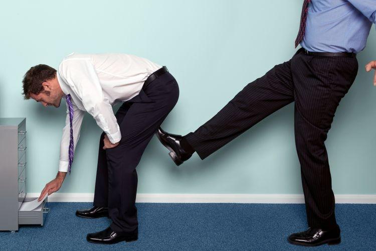 Ilustrasi perundungan dan pelecehan di tempat kerja. Sumber: RTImages via Kompas.com