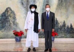 Menlu China Eang Yi saat menerima kunjungan petinggi Taliban di China. Sumber: KompasTV