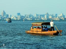 Transportasi di Danau Barat dengan latar belakang kota Hangzhou. Sumber: Dokumentasi pribadi